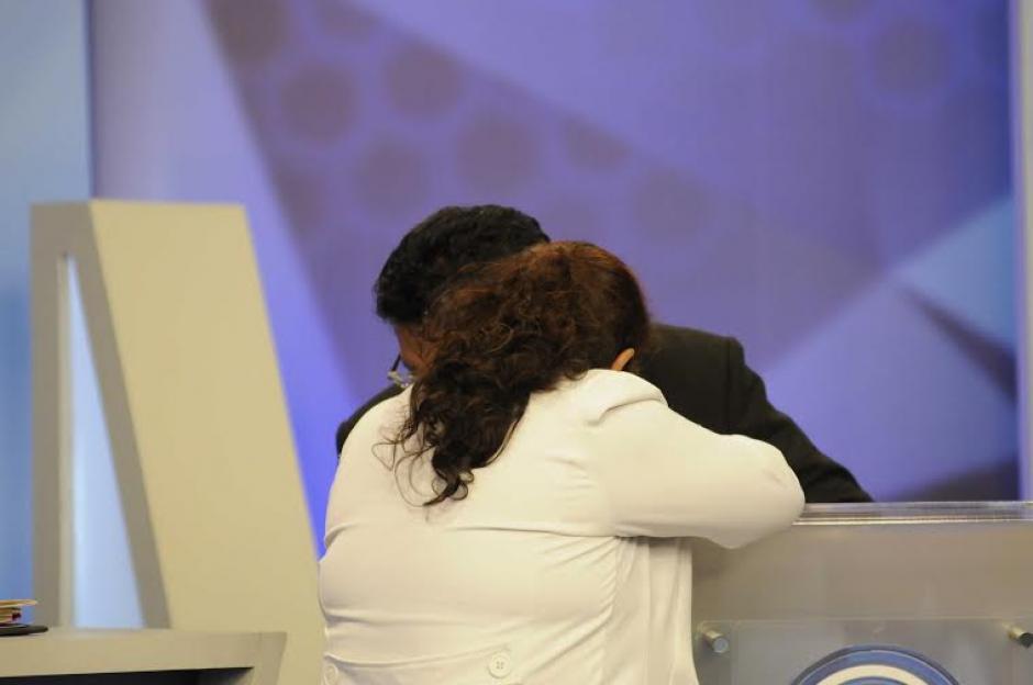 Aníbal García del partido MNR recibe algunas indicaciones antes de salir al aire en el Foro de Presidenciables 2015