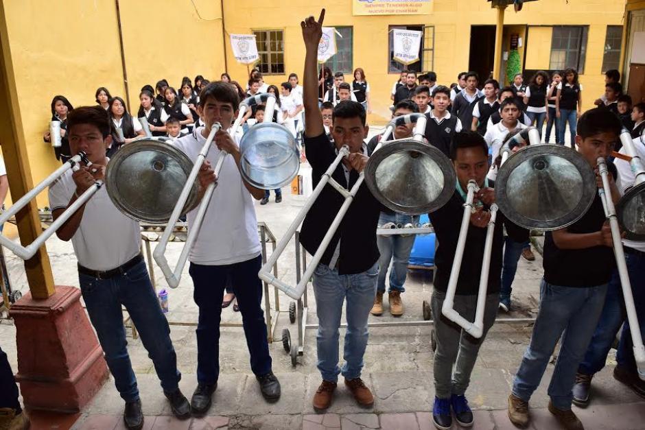 Los trombones construidos de tuvo PVC, pedazos de garrafones plásticos y embudos metálicos, suenan como los convencionales. (Foto: Pedro Orozco)