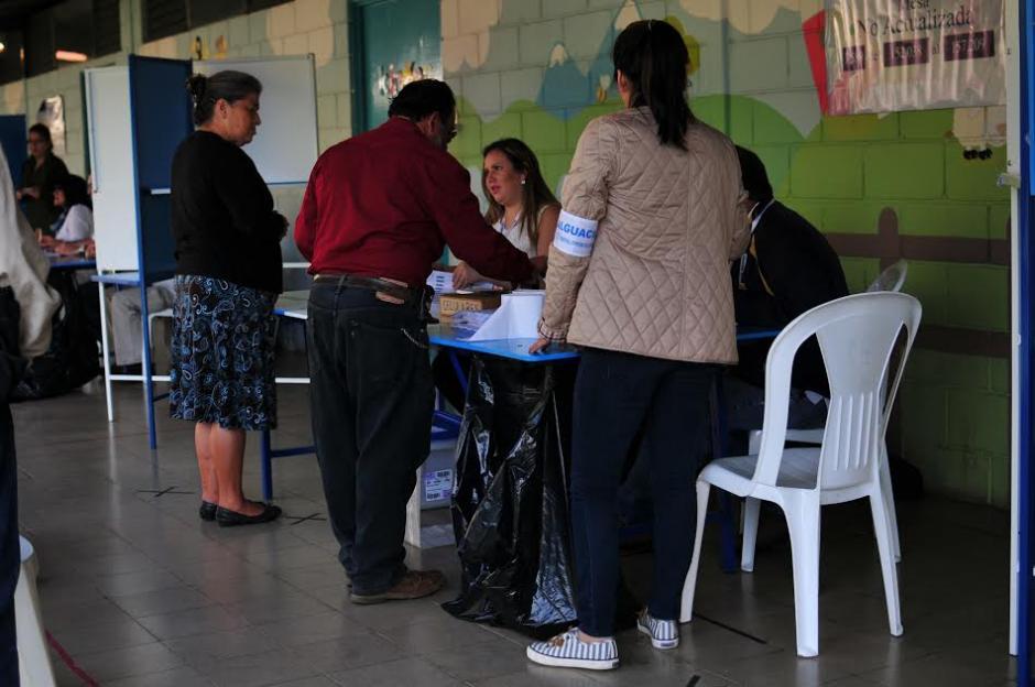 Desde tempranas horas los guatemaltecos se acercaron a sus centros de votación para emitir su sufragio. (Foto: Alejandro Balán/Soy502)