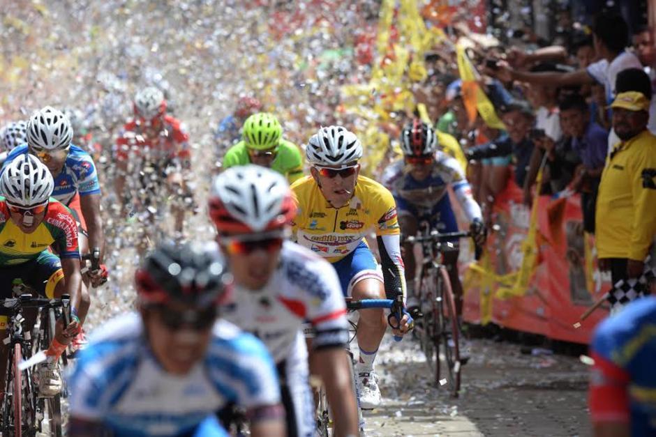 Los guatemaltecos disfrutan el circuito de la vuelta ciclística. (Foto: Archivo)