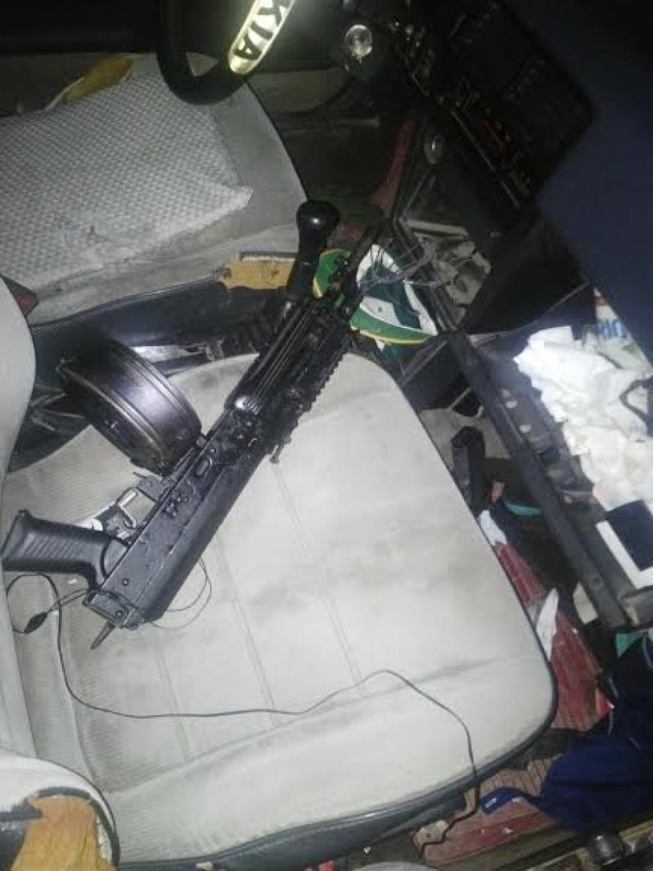 Una de las armas decomisadas a los detenidos por el ataque armado en la Colonia El Milagro, zona 6 de Mixco. (Foto: Policía Nacional Civil)