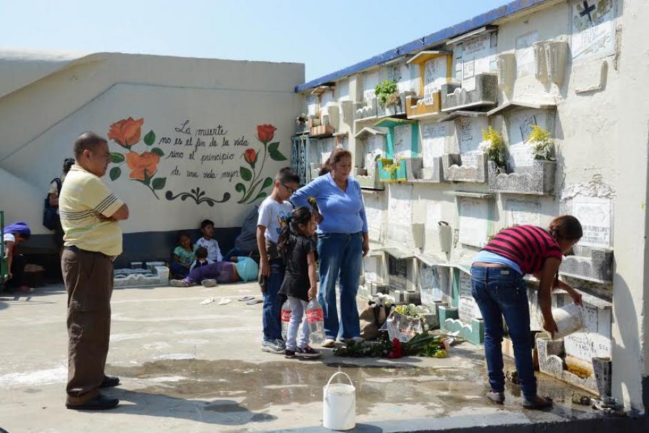 Guatemaltecos inician las visitas a los cementerios del país, previo a conmemorarse el Día de Todos los Santos.(Foto:Juan Carlos Raxón/Nuestro Diario)