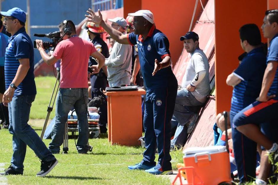 El entrenador costarricense Hernán Medford no se sentó durante todo el encuentro. (Foto: Sergio Muñoz/Nuestro Diario)