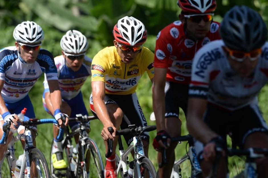 Villalobos dentro de la caravana principal durante la etapa 7 de la Vuelta Ciclística