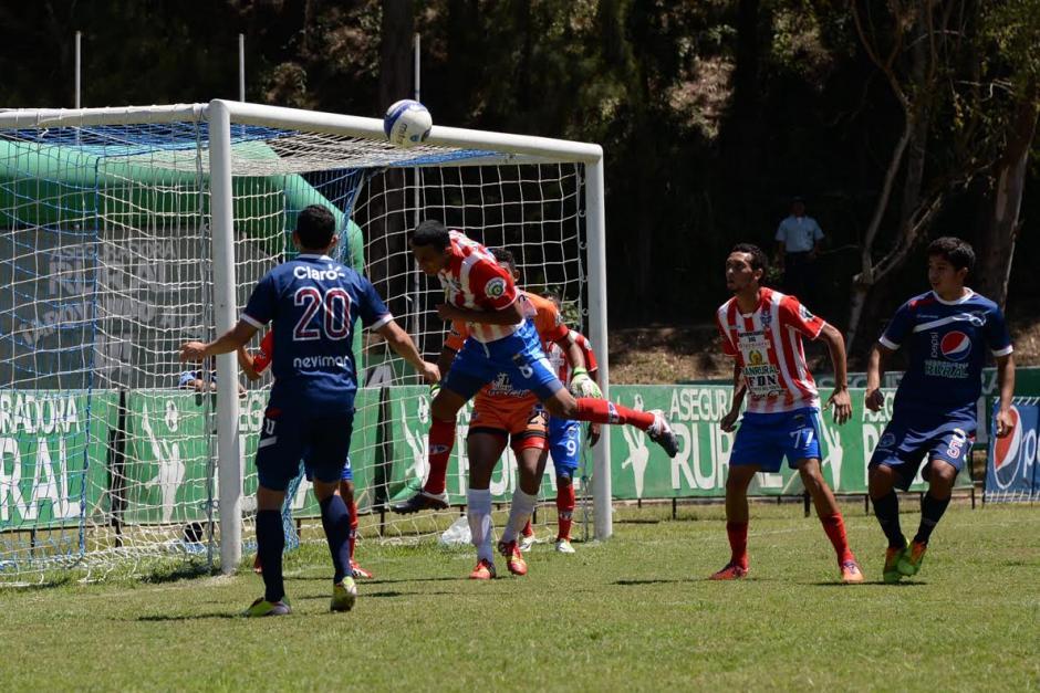 Wilfred Velásquez, de Heredia, despeja un balón en el encuentro con Universidad. (Foto: Diego Galeano/Nuestro Diario).
