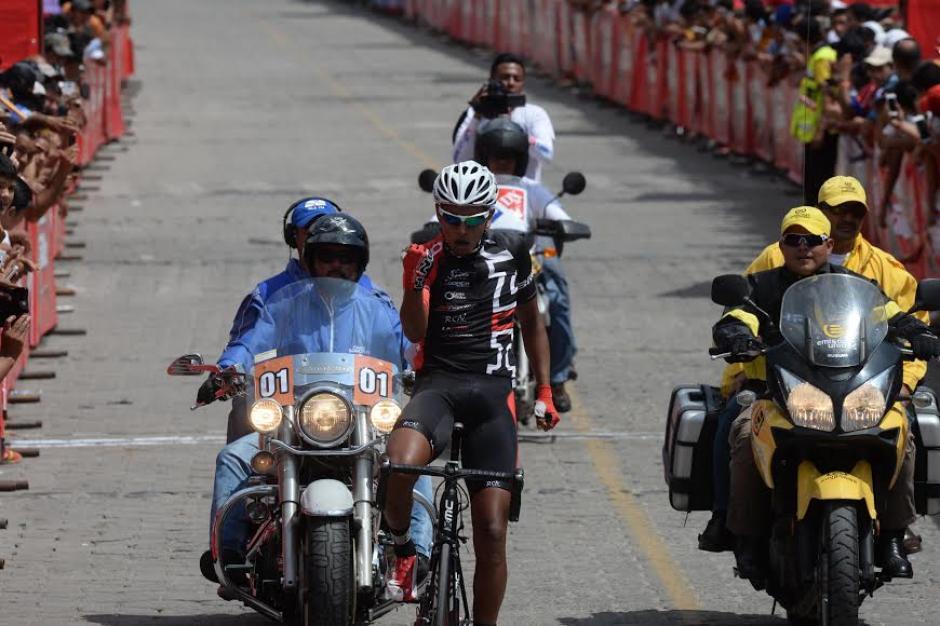 Torres celebra su victoria en la etapa 2 de la Vuelta Ciclística. (Foto: Diego Galiano/Nuestro Diario)