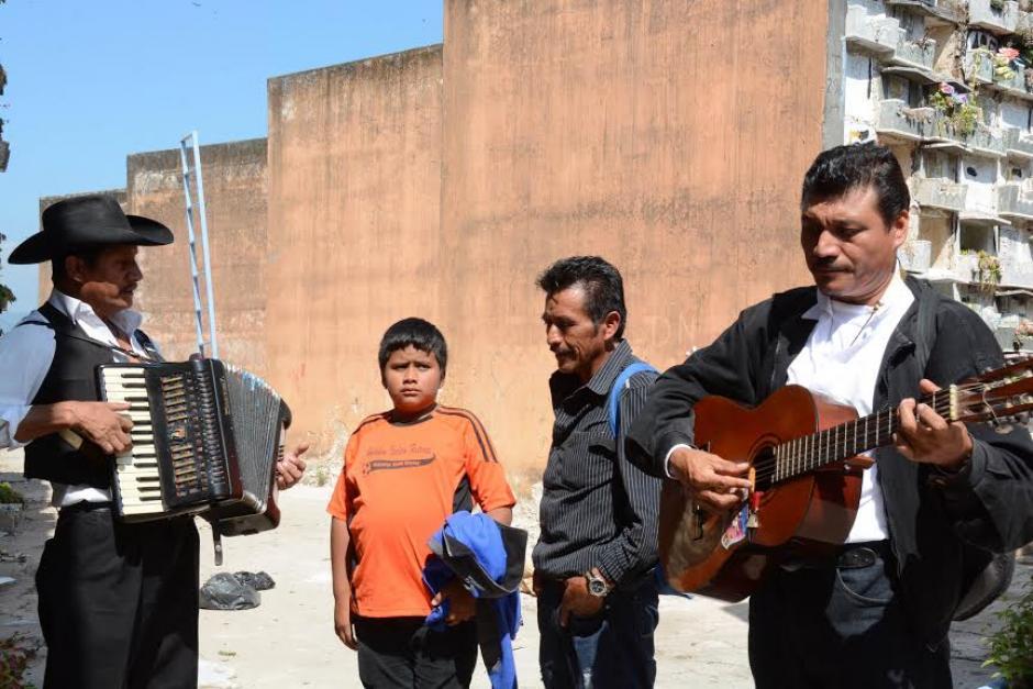 Los Mariachis cantan en el Cementerio, familiares recuerdan a sus seres queridos que ya fallecieron.(Foto:Juan Carlos Raxón/Nuestro Diario)