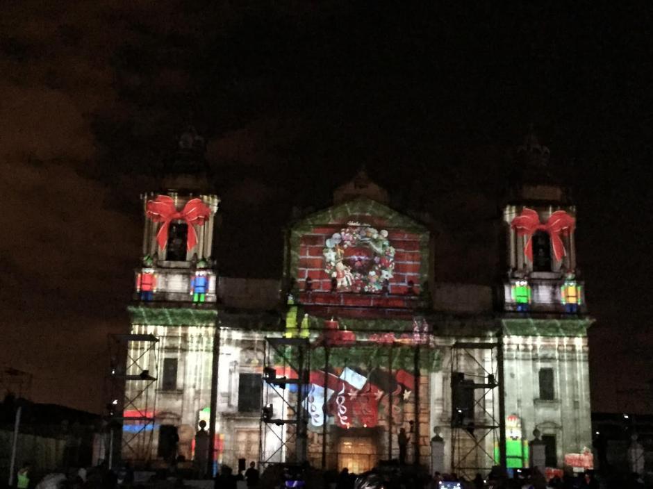 Cientos de personas presenciaron el espectáculo expuesto sobre la Catedral Metropolitana. (Foto: Gustavo Méndez/Soy502)