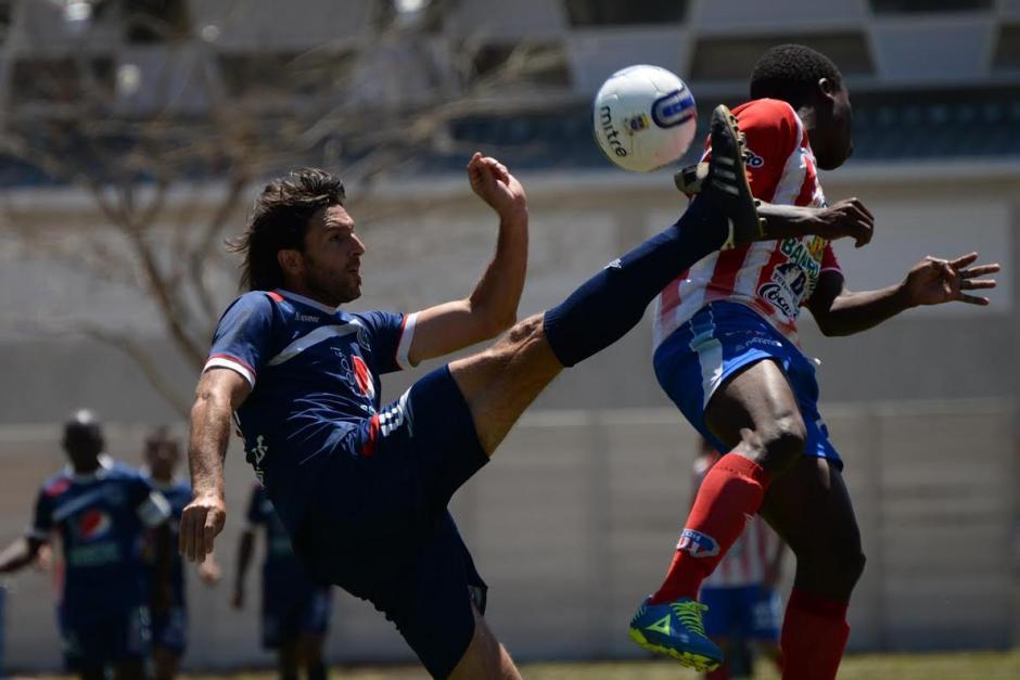 Pablo Rodríguez de la U levanta la pierna para disparar el balón. (Foto: Diego Galeano/Nuestro Diario).