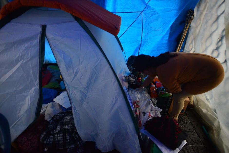 En esta pequeña casa de campaña, Brenda Hernández y Gabriela Flores, pernoctan y se cubren de la lluvia y el frío. (Foto: Wilder López/Soy502)