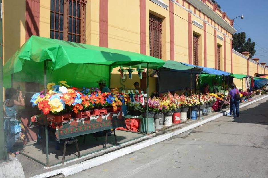 Comerciantes de flores se preparan para recibir a los visitantes de los cementerios este 31 de Octubre y el Día de Todos los Santos. (Foto:Juan Carlos Raxón/Nuestro Diario)