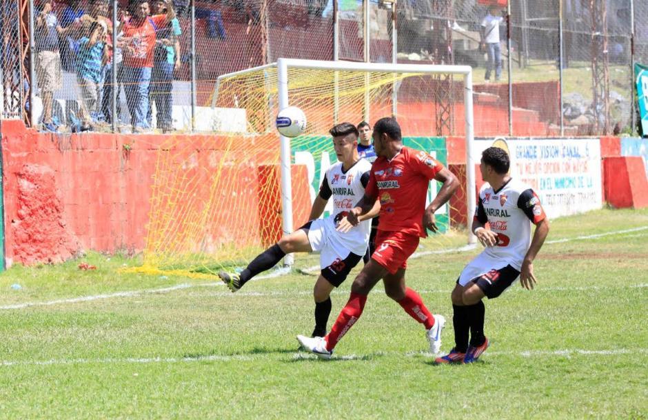 El jugador de Coatepeque Christian Guzmán se disputa el balón con el tico David Diach de los Halcones. (Foto: Dany Castillo/Nuestro Diario).
