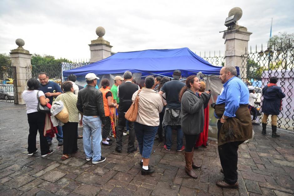 Decenas de amigos y familiares apoyan a Brenda Hernández y Gabriela Flores, quienes están en huelga de hambre desde las 14 horas del viernes. (Foto: Wilder López/Soy502)