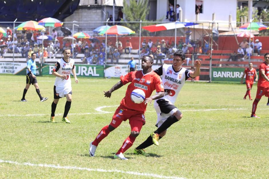 El jugador Gregory Lester Ruiz evade la marca del zurdo Carlos Gallardo. (Foto: Dany Castillo/Nuestro Diario).