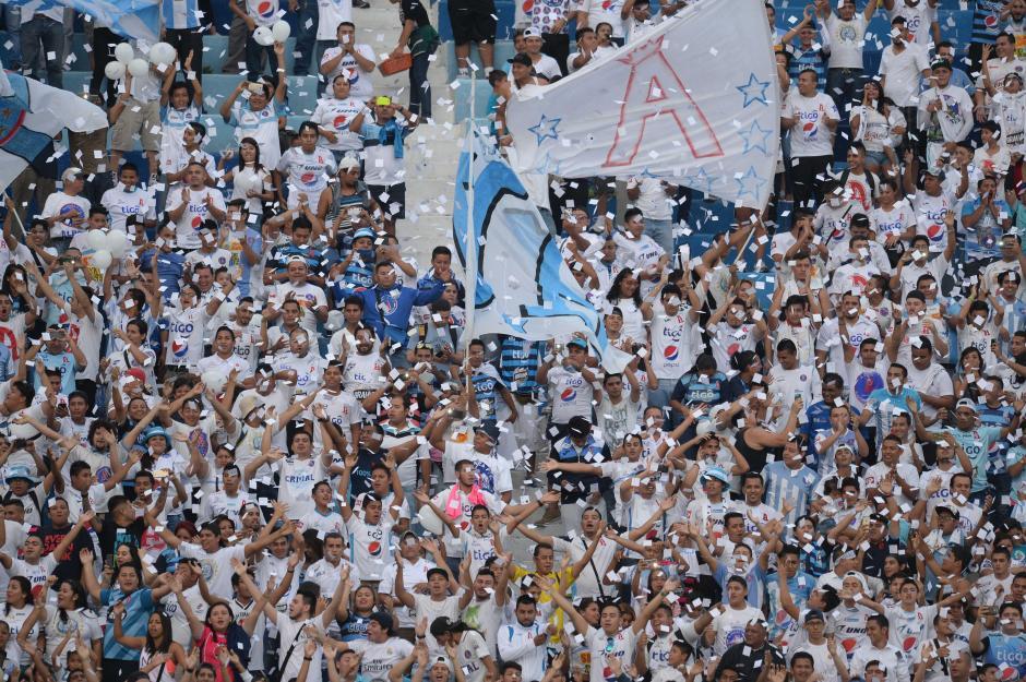 La afición del Alianza llegó en buen número al estadio Cuscatlán. (Foto: El Diario de Hoy)