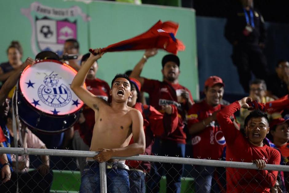 Los fieles aficionados de Municipal acompañaron al subcampeón nacional a El Salvador. (Foto: Pedro Mijangos/Soy502)
