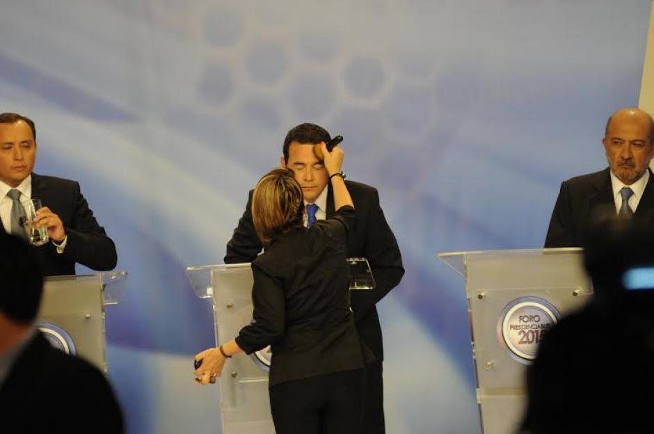Jimmy Morales, quien tiene mucha experiencia en sets de televisión, recibe un retoque de maquillaje previo a iniciar el Foro de Presidenciables 2015