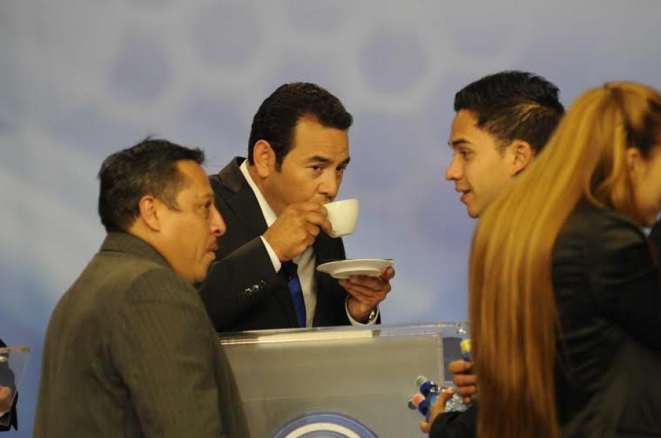 Jimmy Morales se tomó su tiempo para degustar una taza de café durante el Foro de Presidenciables 2015 de Albavisión y Asies