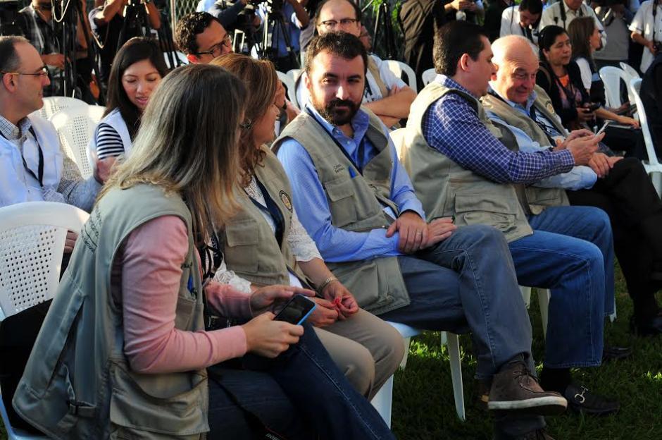 Observadores electorales durante la apertura de Centros de Votación en el Colegio Santa Teresita. (Foto: Alejandro Balán/Soy502)