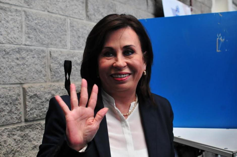 La candidata presidencial de la UNE, Sandra Torres saluda a los medios de comunicación durante su visita al colegio Valle Verde en donde emitió su voto. (Foto: Alejandro Balán/Soy502)