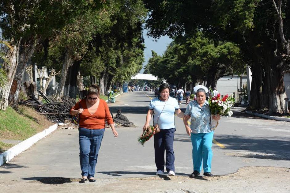 Guatemaltecos visitan las tumbas de sus seres queridos, previo a la conmemoración del Día de Todos los Santos.(Foto:Juan Carlos Raxón/Nuestro Diario)