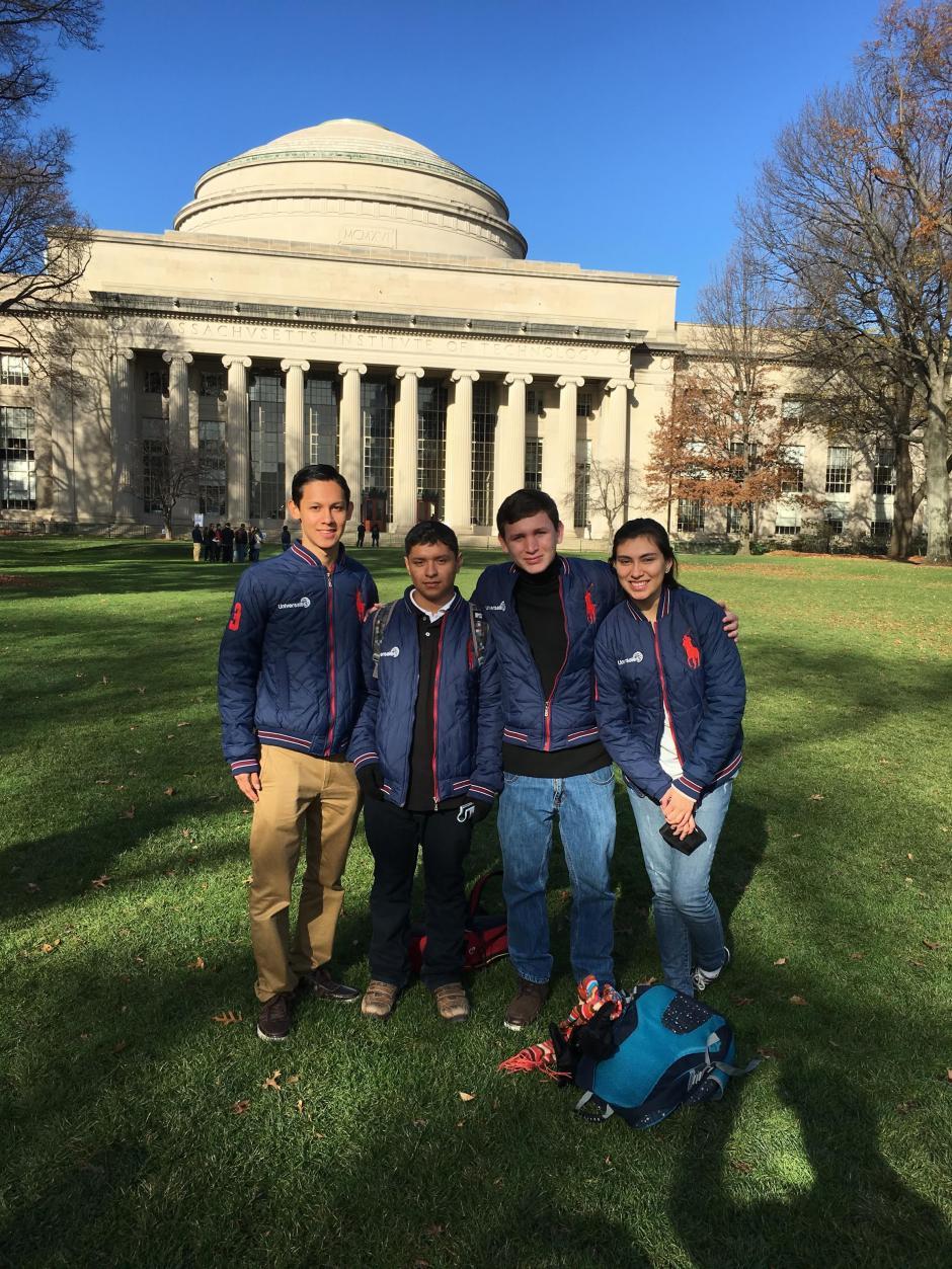 De izquierda a derecha: Rodrigo, Walter, Gerardo y Susana, ganadores de la Olimpiada Nacional de Ciencias 2015, posan alegres en MIT, una de las universidades más prestigiosas del mundo. (Foto: Seguros Universales)