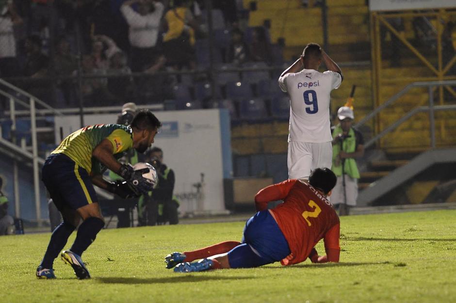 Motta se queda con el balón tras un remate fallido del panameño Blackburn. (Foto: Sergio Muñoz/Nuestro Diario)