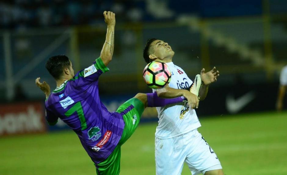 Cada balón fue bien disputado por los guatemaltecos. (Foto: El Diario de Hoy)