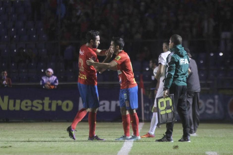La salida prematura de Kamiani, dando su lugar a Alexis Matta. (Foto: Luis Barrios/Soy502)