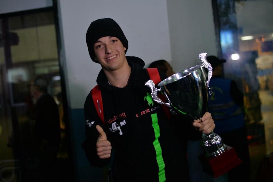 Ian muestra orgulloso su trofeo obtenido en su última carrera en la Fórmula 4. (Foto: Wilder López/Soy502)