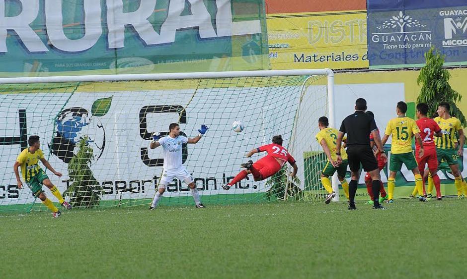 Leroyer se lanzó para conectar el centro y marcar el único gol de partido. (Foto: Nuestro Diario)