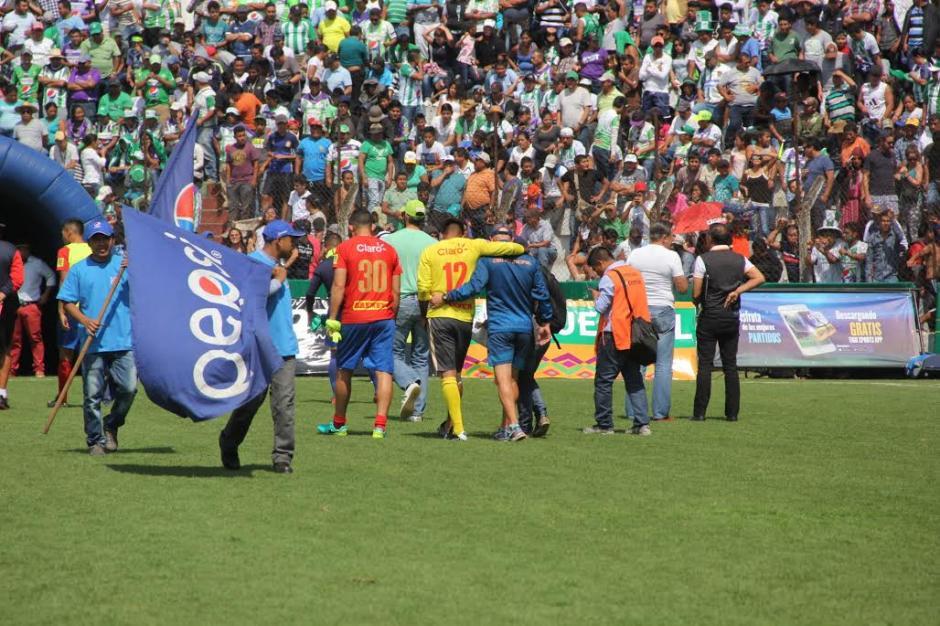 Paulo César Motta tuvo que salir lesionado tras el gol de Antigua GFC. (Foto: Fredy Hernández/Soy502)
