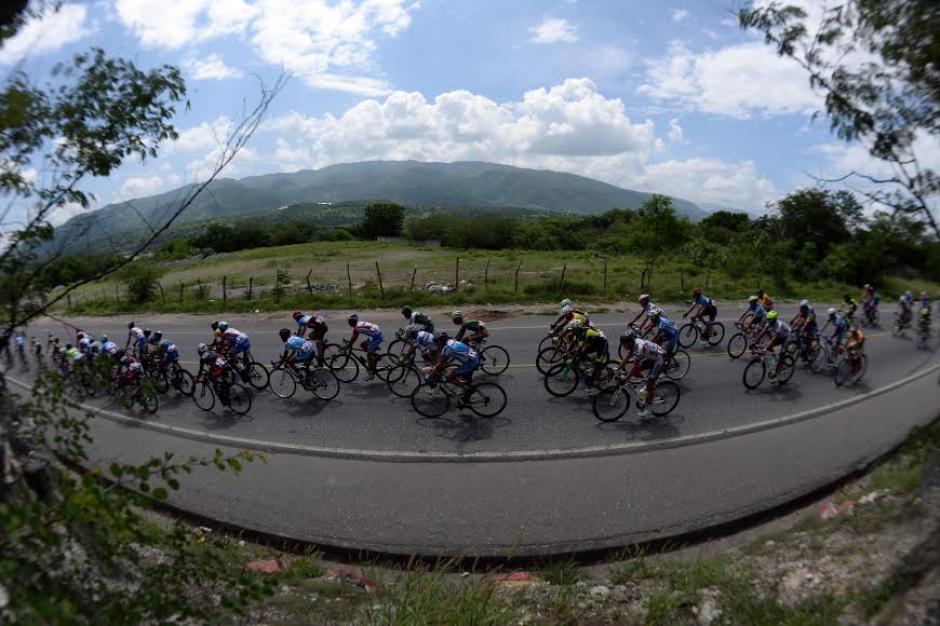 El paso de la caravana durante el recorrido de la etapa 2. (Foto: Diego Galiano/Nuestro Diario)