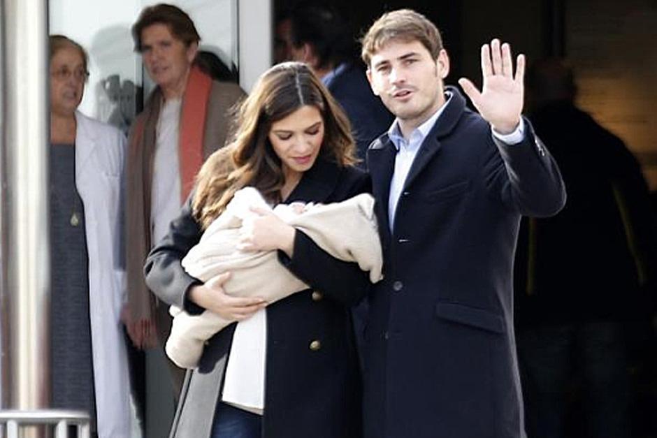 El guardameta del Real Madrid y la presentadora de Telecinco al momento de salir de la Clínica Ruber en Madrid