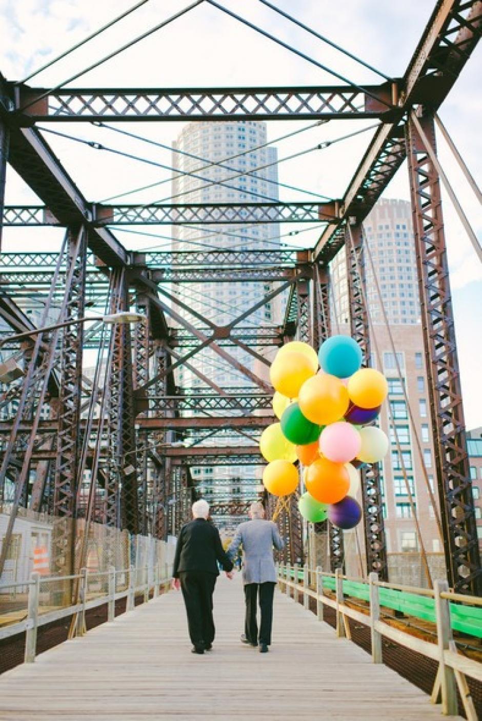 La nieta y los organizadores de la sesión lloraron al ver esta escena, cuando la pareja se alejaba por el puente.