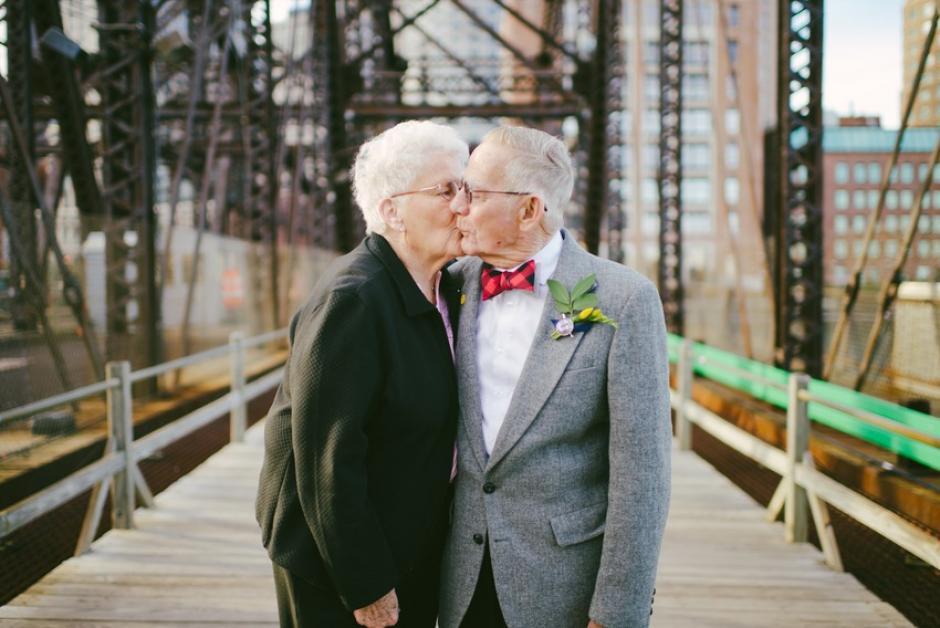 La pareja solo tuvo una foto de su boda hace 61 años, porque el fotógrafo encargado nunca llegó.