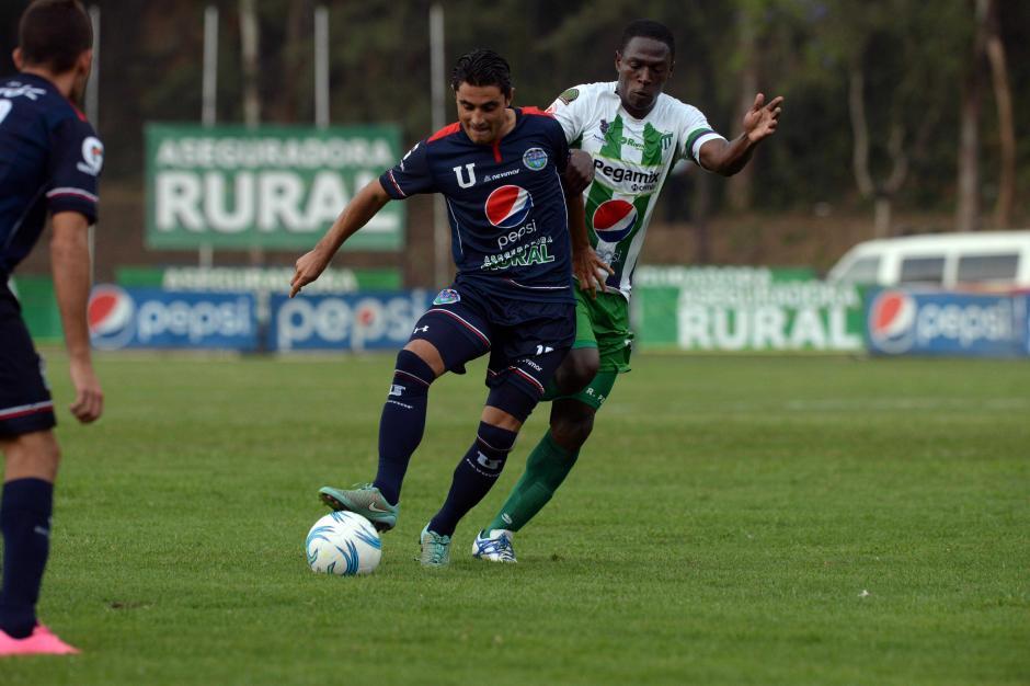 Pedro Samayoa conduce el balón en el medio campo del juego entre la U y Antigua. (Foto: Nuestro Diario)
