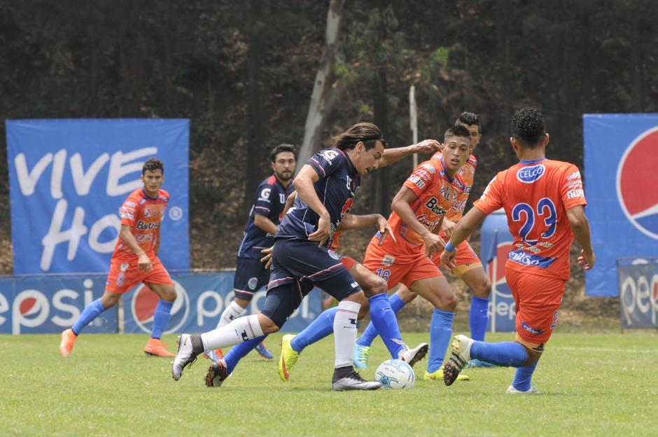 El salvadoreño Rafael Burgos intentó, anotó un gol, pero no fue suficiente para los estudiosos. (Foto: Orlando Chile/Nuestro Diario)