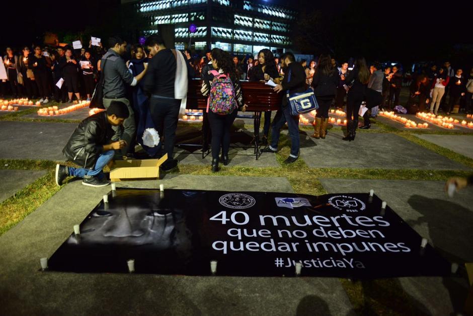 Con pancartas, velas y globos pidieron justicia. (Foto: Jesús Alfonso/Soy502)