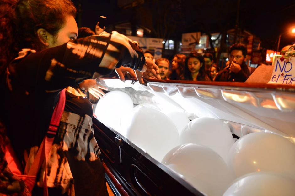 Los globos blancos fueron introducidos en un ataúd. (Foto: Jesús Alfonso/Soy502)