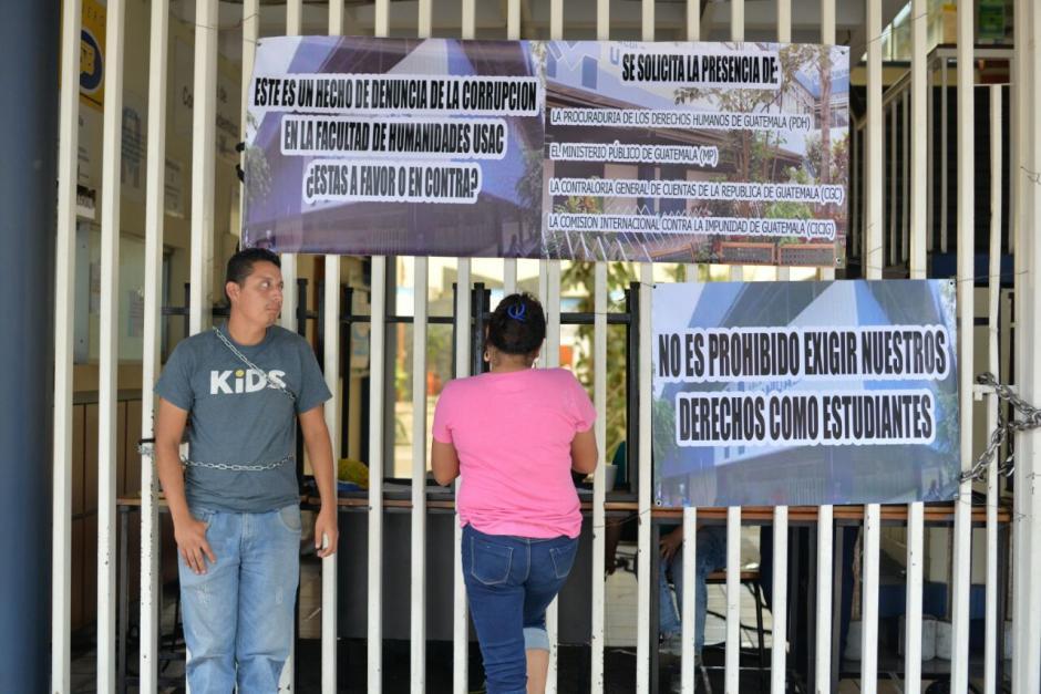 Los estudiantes se encadenaron a las puertas para que nadie pudiera ingresar. (Foto: Wilder López/Soy502)