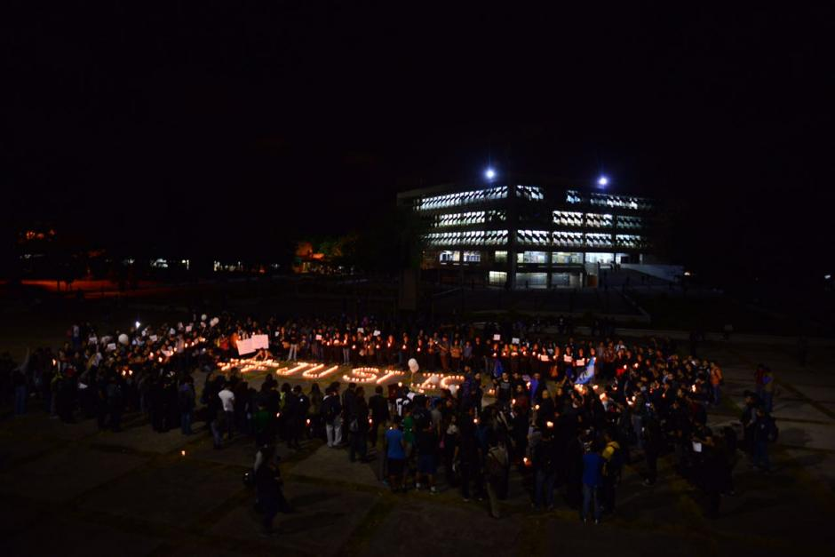 Así se observaba la protesta desde adentro de la Usac. (Foto: Jesús Alfonso/Soy502)