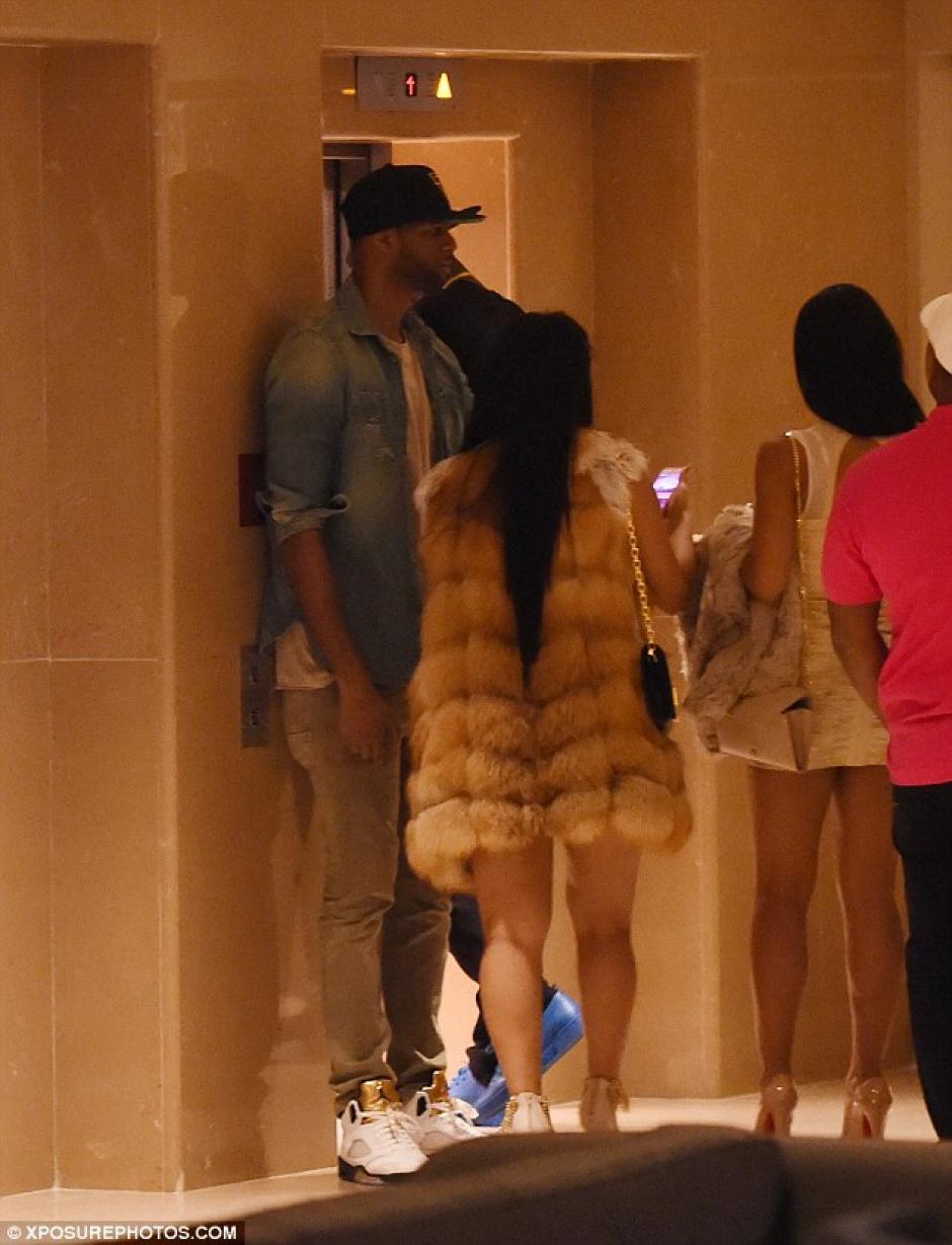 Las dos mujeres y otros compañeros de Bolt en el lobby del hotel donde se hospedaron. (Foto: Daily Mail)