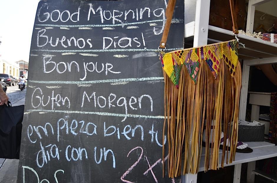 La marca también tiene una línea de bolsos y camisetas. (Foto: Selene mejía/Soy502)