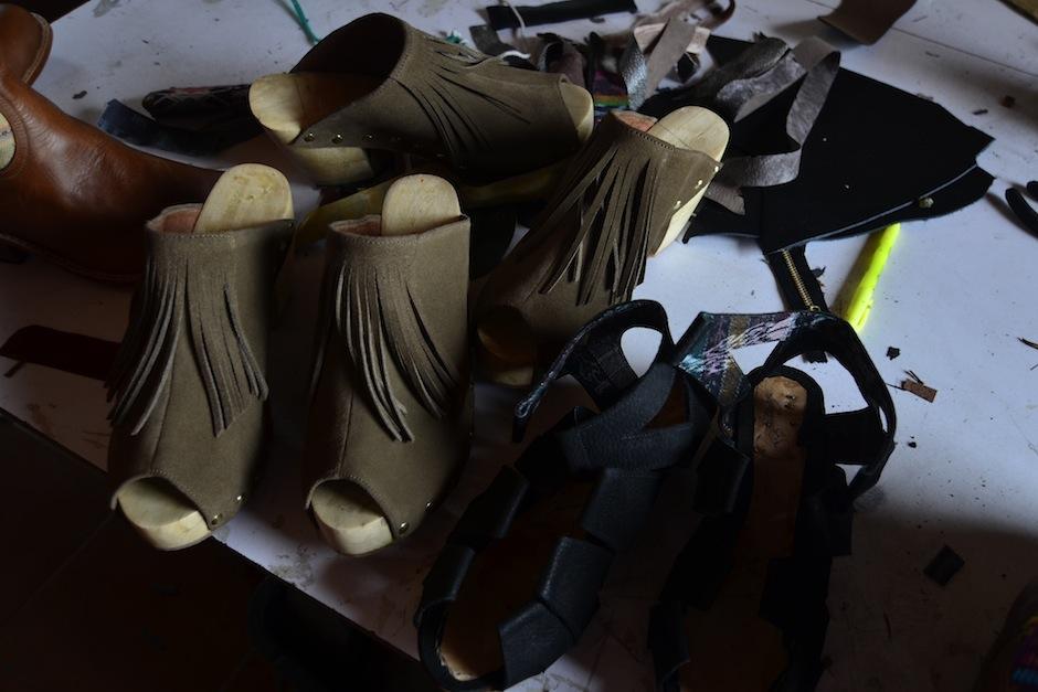 Cada par de zapatos está hecho a mano. (Foto: Selene mejía/Soy502)