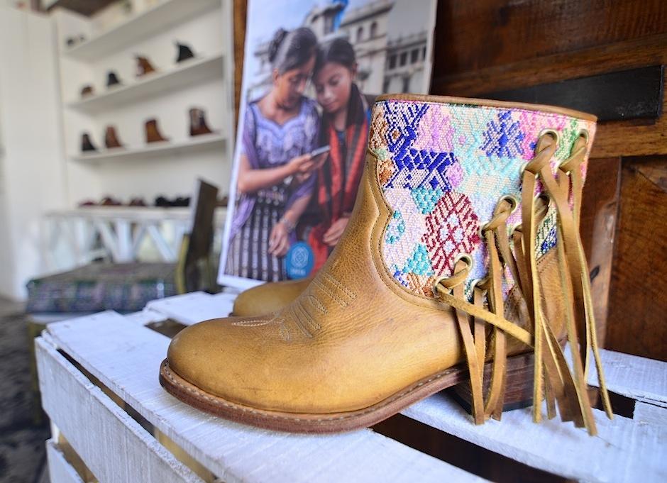 Con la compra de este par de botas ayudas a la asociación Sheva. (Foto: Selene Mejía/Soy502)