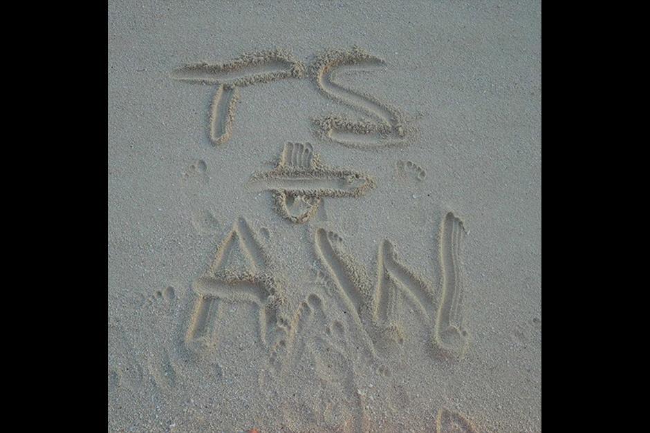 Los tórtolos escribieron sus iniciales en la arena. (Foto: Instagram/Taylor Swift)