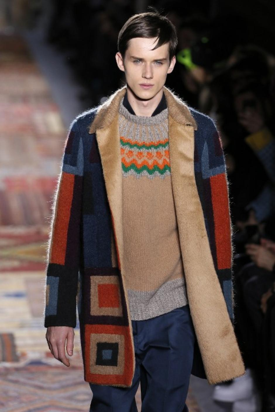 Valentino también uso tonalidades rojas y azules con formas geométricas.