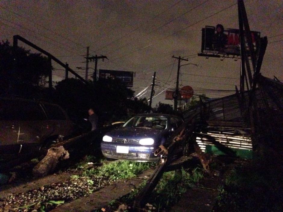 Una gigantesca valla en la Petapa dañó varios carros. (Foto: Soy502)