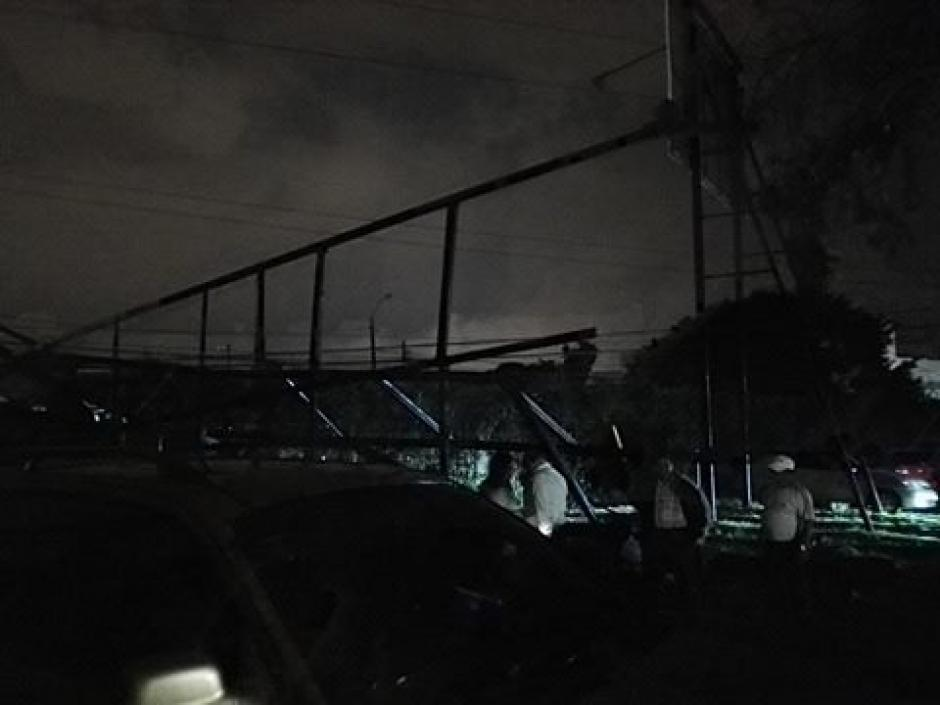 Así quedó la valla que generó daños. (Foto: Soy502)